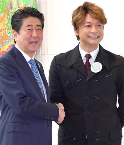 香取と安倍晋三首相の握手シーンはニュースとして取り上げられた