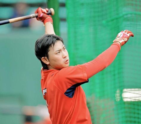 ロングティー練習で、黙々と白球を飛ばし続ける堂林(撮影・吉澤敬太)