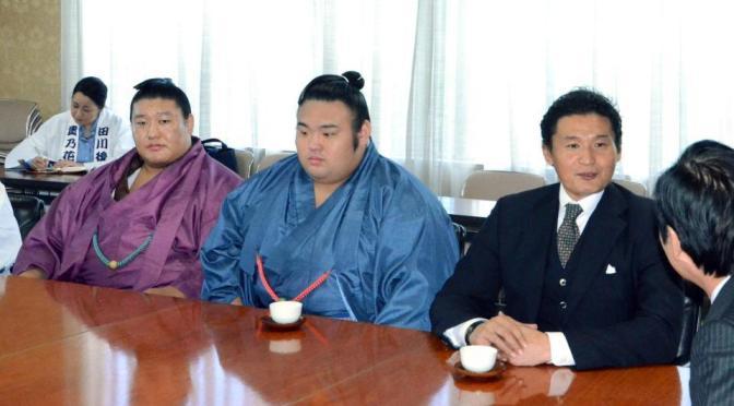 事件後の今月2日に田川市役所の二場公人市長を訪ねた(右から)貴乃花親方、貴景勝、貴ノ岩