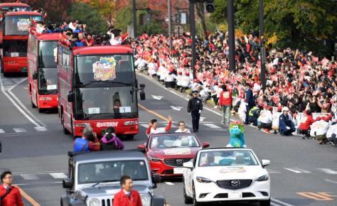 沿道のファンに手を振り優勝パレードするカープナイン(撮影・飯室逸平)