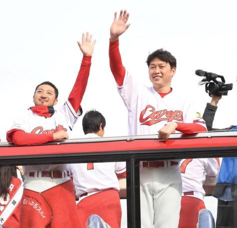 笑顔でファンに手を振る新井(右)と菊池
