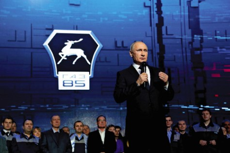 6日、ロシア西部ニジニーノブゴロドの自動車工場で、演説するプーチン露大統領(ロイター)