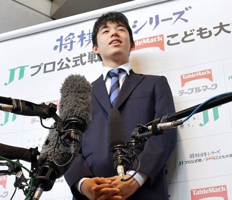 2017年10月、テーブルマークこども大会・東海大会に、サプライズゲストとして登場した、藤井聡太四段(撮影/伊ケ崎忍)