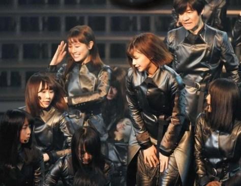 内村光良(右上)の前方で倒れる欅坂46のメンバー=NHKホール