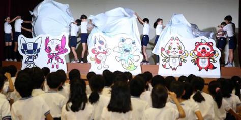 東京2020マスコット最終候補発表会 登壇した児童らが最終候補のアンベールを行い、3案がお披露目された=7日、東京都渋谷区(春名中撮影)
