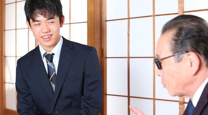 タモリ(右)の話に聞き入る藤井四段