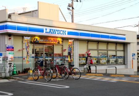 5歳女児が10円玉を握りしめ、「おなかがすいた」と店員に伝えたコンビニ。傷害事件発覚のきっかけになった=12日午後、伊丹市内