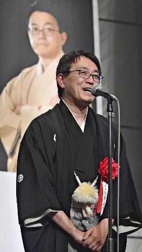 竜王就位式であいさつする羽生善治竜王(16日午後、東京都渋谷区で)=佐々木紀明撮影