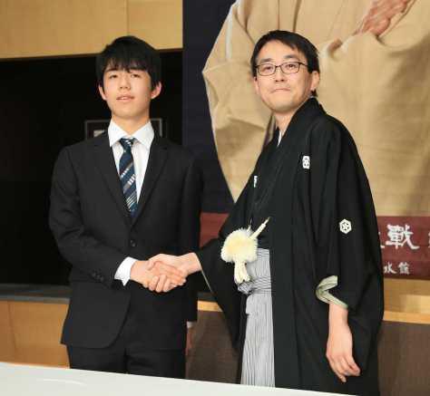 <竜王就位式・会見>藤井四段と握手をかわす羽生竜王