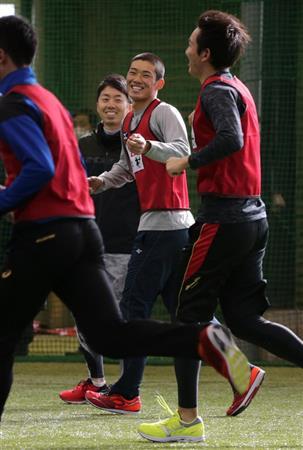 7日、新人合同自主トレで笑みを浮かべる中村奨(右から2人目)