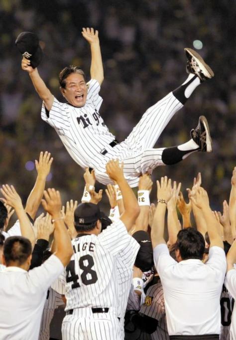 18年ぶりのリーグ優勝を決め、歓喜のナインに胴上げされる阪神・星野監督=甲子園球場