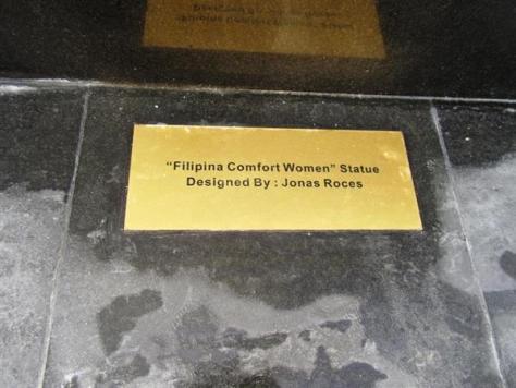 12日、フィリピンのマニラ湾に面した遊歩道に建った慰安婦像の台座下に埋められたプレート。英語で説明書きされている