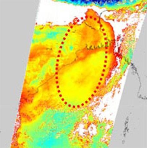 地球観測衛星「しきさい」が捉えたインドのガンジス川河口周辺の画像。赤や黄色の領域で大気中のちりが多い。白は雲で、その縁は雲の粒の影響で赤い(JAXA提供)