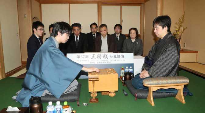 王将戦第6局は豊島将之八段(左)の初手で始まる。右は久保利明王将