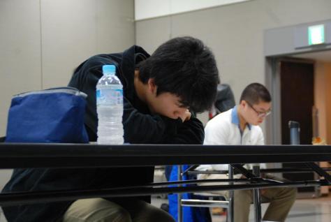 史上初の4連覇を目指し問題を解き始める藤井聡太六段(撮影・松浦隆司)