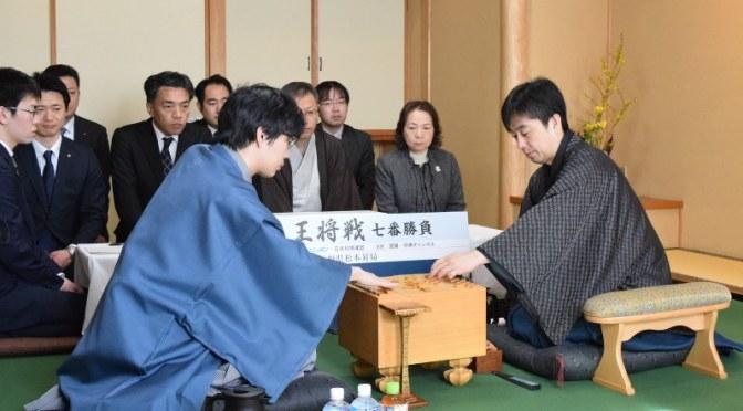 対局に臨む久保王将(右)と豊島八段=松本市の松本ホテル花月で