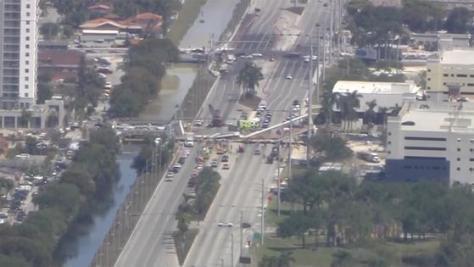 米・フロリダ州で歩道橋崩落