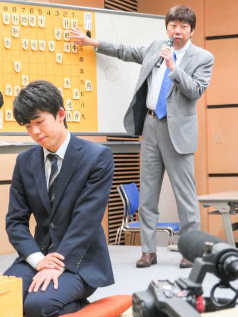 神戸市内で行われた将棋イベント「竜王アカデミーin神戸」に参加した(左から)藤井聡太六段と杉本昌隆七段の師弟コンビ
