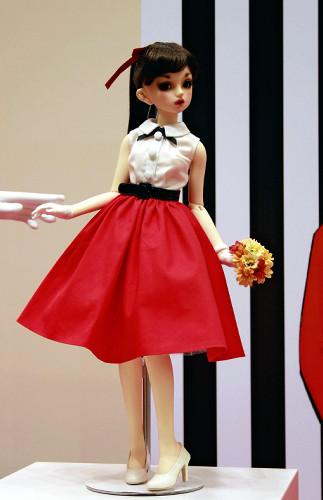 日本橋高島屋が販売方法を変更する人形(3月31日、京都高島屋で)