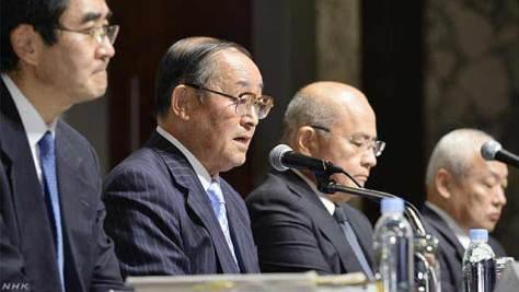 第三者委員会の会見(左から2番目が上田委員長)