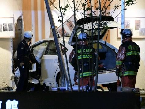病院の1階ラウンジにタクシーが突っ込んだ事故現場=2016年12月3日