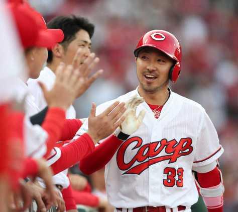 <広・神>初回、菊池は先制ソロ本塁打を放ち、ベンチ前でナインとタッチをかわす