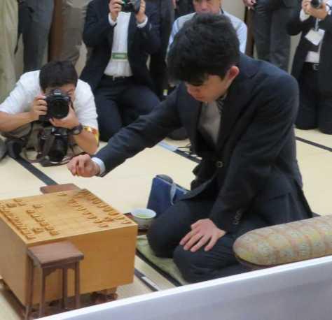 勝てば最年少での七段昇段が決まる竜王戦ランキング戦5組準決勝の対局に挑む藤井聡太六段