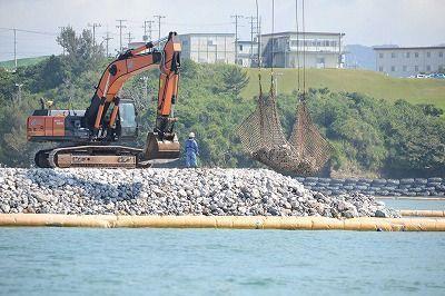 砕石が投下される新基地建設の工事現場=14日午前、名護市辺野古