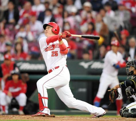 2回広島2死二塁、左中間へ適時二塁打を放つ広島・新井貴浩=マツダスタジアム(撮影・田中太一)