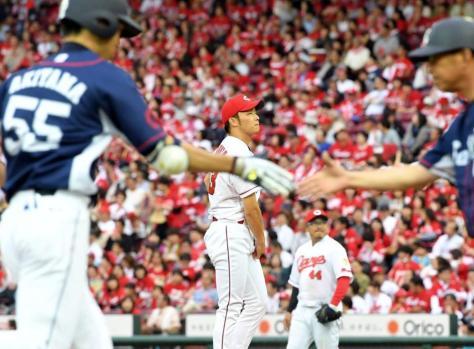 2回、西武・秋山に3ランを浴び、ぼう然とする広島・薮田=マツダスタジアム