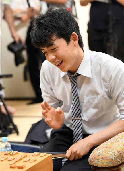 昇段を決め笑顔の藤井七段。八段と初タイトルも遠くなさそうだ=18日、関西将棋会館