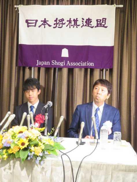 名古屋市内で行われた昇級昇段を祝う会を前にした会見で、師匠の杉本昌隆七段(右)とともに喜びを語る藤井聡太七段