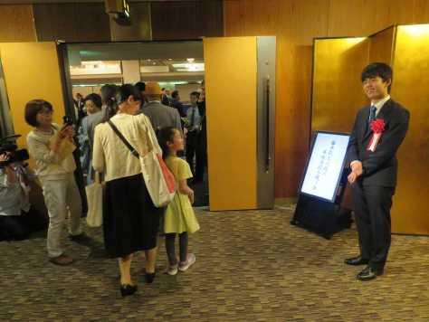 名古屋市内で行われた昇級昇段を祝う会で、会場入りする出席者を出迎える藤井聡太七段