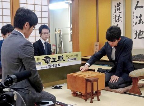 対局を行う藤井聡太七段(右)と石田直裕五段=関西将棋会館