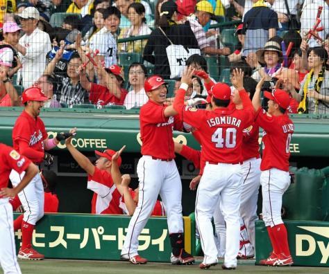 9回、満塁本塁打を放ち、ナインと笑顔でタッチを交わす広島・鈴木誠也(中央)=甲子園(撮影・高部洋祐)