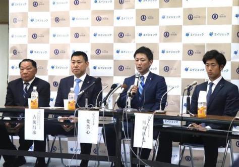 社会人野球エイジェックの記者会見で、記者の質問に答える梵英心。右は川相拓也=21日、栃木県小山市の小山市役所