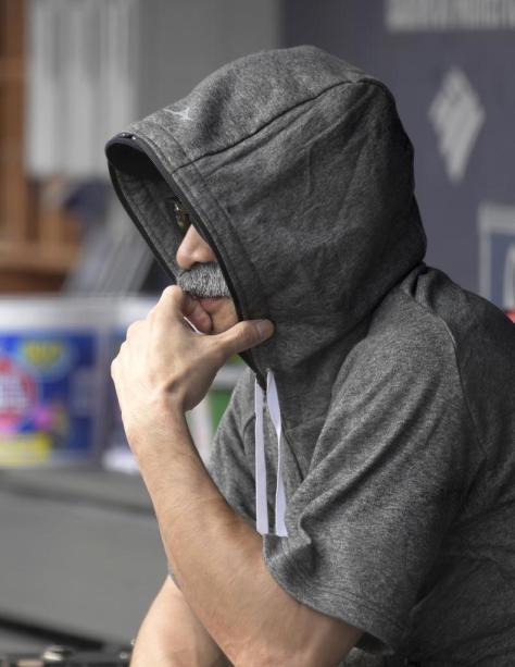 ヤンキース戦で、付けひげとサングラスで変装してベンチ入りしたマリナーズのイチロー会長付特別補佐=21日、ニューヨーク(AP)