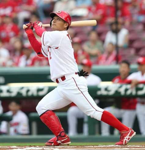 <広・ヤ>初回無死、田中は初球を叩いて左越えに先頭打者本塁打を放つ(撮影・北條 貴史)
