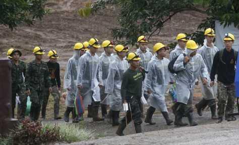 タイ北部チェンライの洞窟に向かう救助関係者(AP)