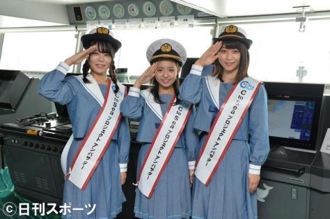 操舵(そうだ)室で、記念撮影するSTU48。左から矢野帆夏、峯吉愛梨沙、藤原あずさ(撮影・森本隆)