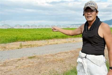 判決に胸をなで下ろしながら、干拓地での営農への決意を語る荒木一幸さん=30日、長崎県諫早市