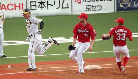 <神・広>5回裏無死一、三塁、福留の打球をベースカバーに入ったジョンソン(中)が一塁手・松山からの送球を落球してしまう(撮影・奥 調)