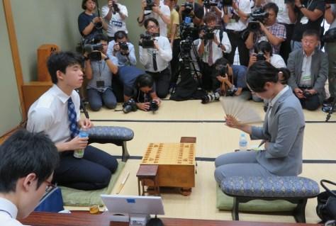 大阪市内の関西将棋会館で始まった棋聖戦1次予選で対戦する藤井聡太七段と里見香奈女流四冠