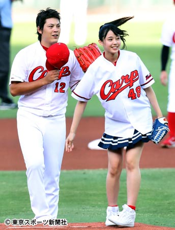 始球式を行った瀧野由美子(右)