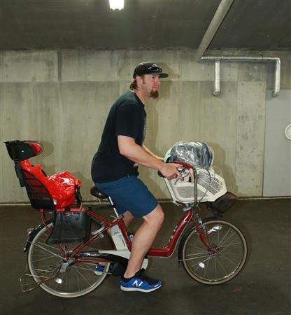 自転車で球場入りする広島・エルドレッド