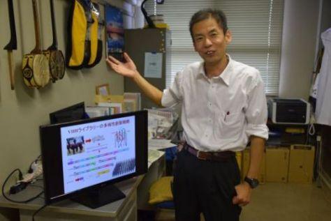 アルパカの血液を使って抗体を作成するRePHAGENの村上明一社長=2日、沖縄県西原町の琉球大学