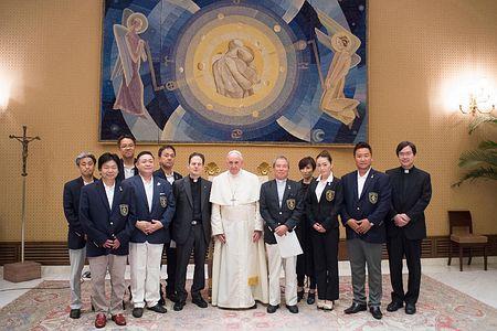 12日、バチカンで「天正遣欧使節顕彰会」(宮崎市)代表団と面会するフランシスコ・ローマ法王(EPA時事)