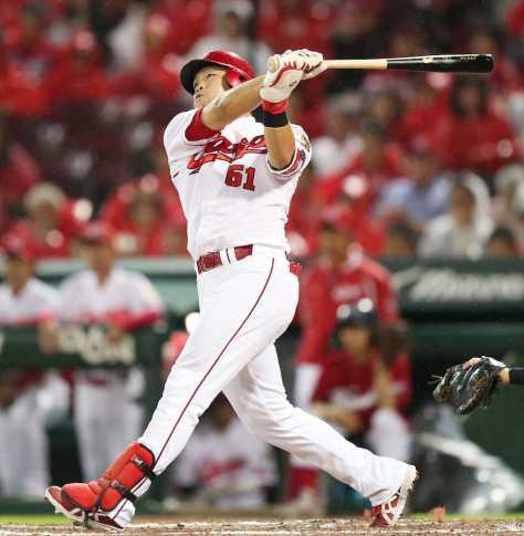 <広・D>3回1死一塁、鈴木は左越えに2点本塁打を放つ(撮影・北條 貴史)