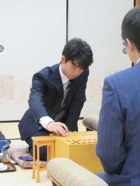 大阪市内の関西将棋会館で行われている第60期王位戦予選2回戦で山崎隆之八段(手前)と対戦している藤井聡太七段