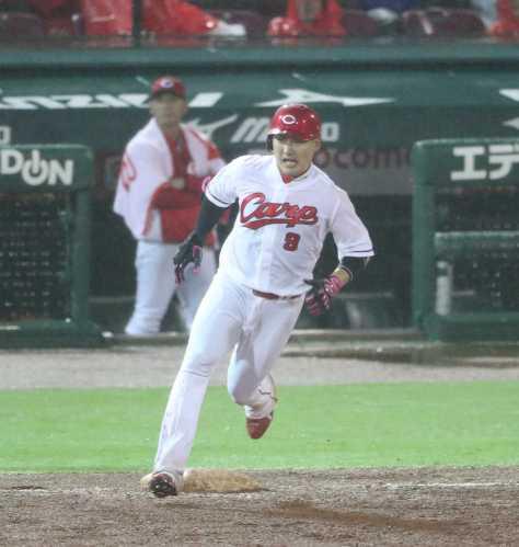 <広・神21>5回2死一塁、丸は右中間に適時二塁打を放つ(撮影・大森 寛明)
